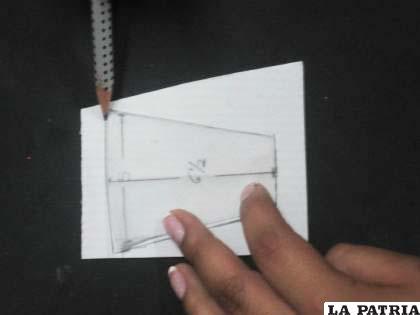 PASO 2 Repetir la misma operación, pero sobre el cartón corrugado fucsia. La base del molde es de cinco centímetros de largo por seis y medio centímetros de ancho, luego cortar.