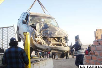 La grúa recoge la vagoneta accidentada