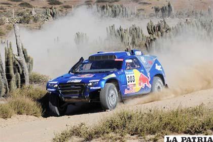 Carlos Sainz al frente en el Rally Dakar.