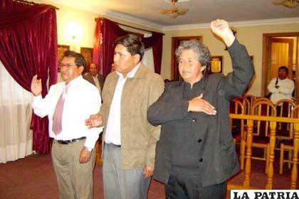 Nuevas autoridades del Concejo Municipal: de izquierda a derecha, vicepresidente del concejo Alfredo Valles, presidente Germán Delegado y secretaria concejal Laura Lima.