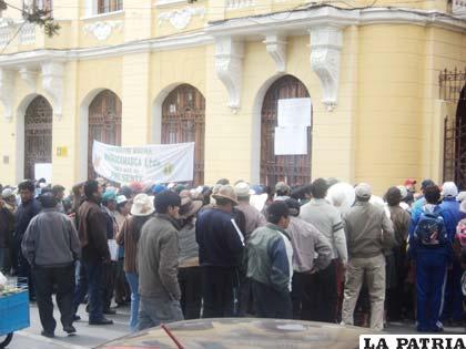 Los cooperativistas se apostaron en el frontis del Gobierno Municipal