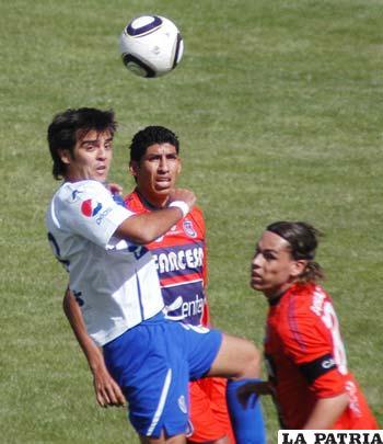 Luiz Vieira de San José, impone presencia para controlar el balón ante Olivares y Galindo de Universitario.
