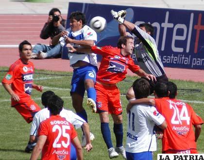Asedio al arco de Ruth de Universitario donde Palacios de San José y Liendo de la U, intentan cabecear la pelota.