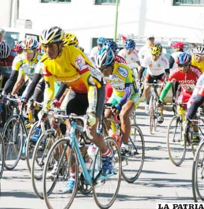 Pedalistas bolivianos en la prueba internacional Vuelta al Lago Uru Uru.
