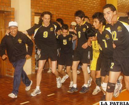 El Prof. Fernando Alconini y sus campeones