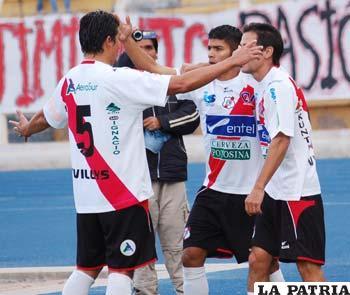 Jugadores de Nacional Potosí, celebran uno de los goles que les dio la victoria.