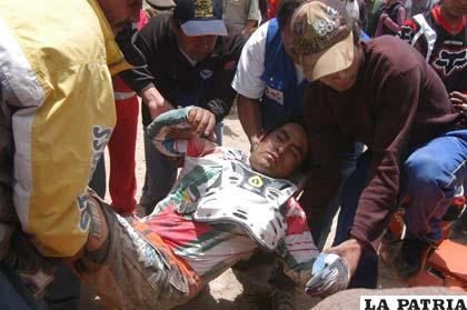 El piloto Oscar Flores que se encuentra desvanecido, es atendido personal de la Cruz Roja