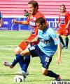 Daniel Maturana, de Blooming, disputa el balón con Luis Liendo, de Universitario