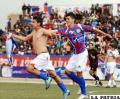 Yury Villarroel festeja el primer gol de La Paz FC junto con Gary Paz.