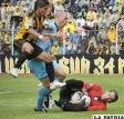 El golero de Bolívar, Marcos Arguello se esfuerza para controlar el balón, ante la arremetida de los atacantes del Tigre.