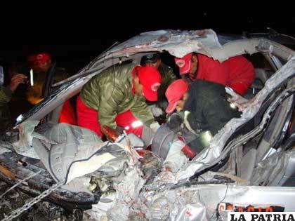 Efectivos de la Unidad Operativa de Bomberos realizan el rescata de uno de los conductores