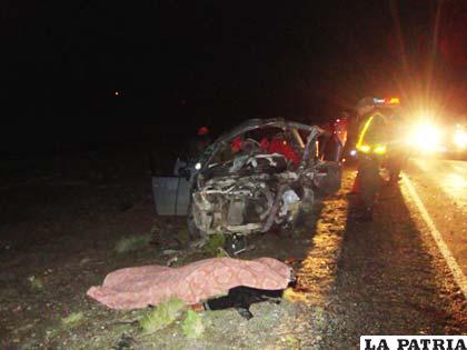 Uno de los cuerpos sin vida, delante del motorizado que lo transportaba