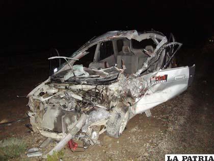 Así quedó el vehículo particular, marca Toyota Espacio, que colisionó frontalmente con una camioneta