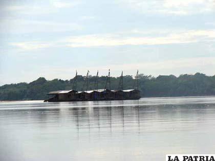 Balsas que explotan oro en los ríos amazónicos de Bolivia (Archivo)