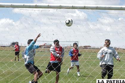 """Los """"santos"""" practicaron ayer en la cancha de propiedad del club en la zona Este"""