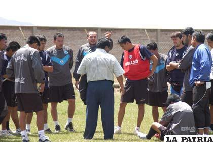 Walter Mamani en reunión con los jugadores del primer plantel de San José