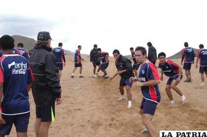 Los jugadores de Bolívar continúan entrenando en los arenales de Oruro