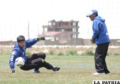 Carlos Lampe volvió a entrenar con el equipo
