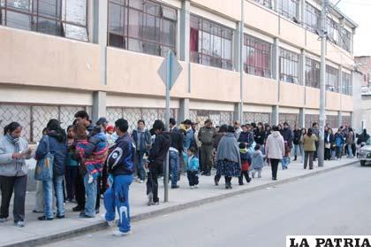 A un día de comenzar las inscripciones escolares largas filas se registran en las puertas de los establecimientos