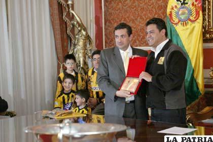 Luis Revilla alcalde de La Paz entrega el reconocimiento a Kurt Reinstch