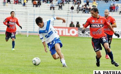 Maximiliano Andrada domina el balón ante la marca de los jugadores de Universitario