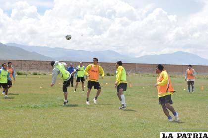 """Los integrantes de San José ayer reiniciaron sus prácticas con la finalidad de """"rescatar"""" los puntos perdidos ante La Paz FC."""