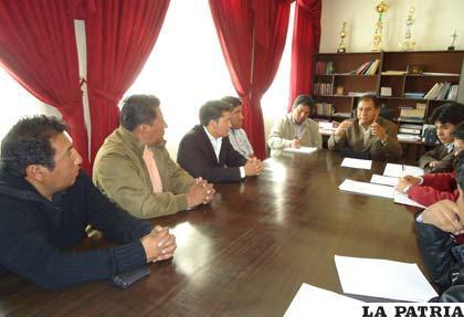 Durante la reunión del gobernador con los dirigentes de San José