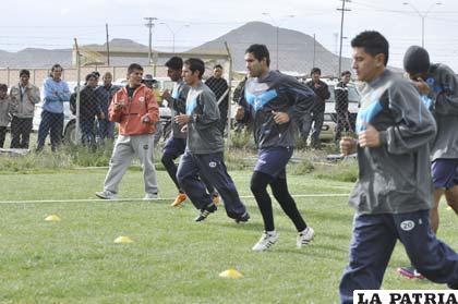 Américo Castro dirige el trabajo físico de los jugadores de San José