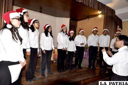 El coro del Colegio Alemán de Oruro brindó un concierto de Navidad