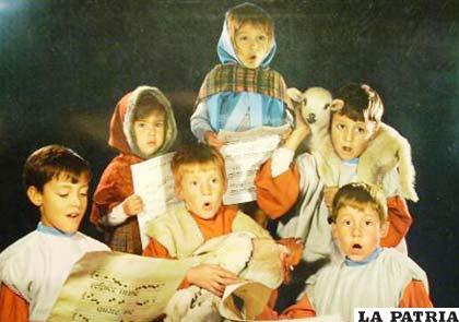 Imagen de unos niños entonando villancicos navideños