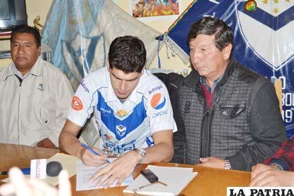 Durante la firma de contrato de Carlos Lampe con la dirigencia del club San José