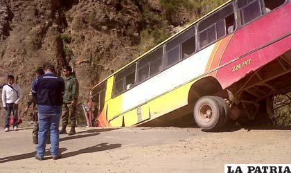 El bus encunetado e incrustado contra una piedra