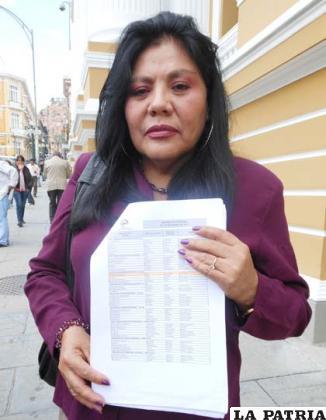 Norma Piérola formula la denuncia mostrando una planilla