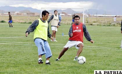 Roly Sejas y Mario Ovando, durante el entrenamiento de ayer