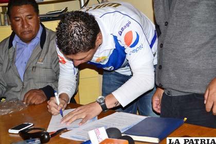 Cabrera, durante la firma de contrato con el club San José