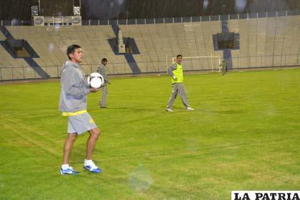 El equipo de San José anoche entrenó a pesar de la lluvia