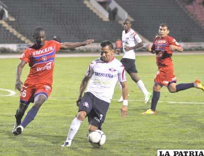 Una acción del partido entre Universitario y Wilstermann