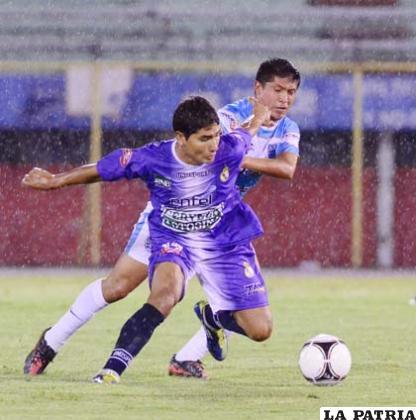 El partido se disputó en una noche lluviosa