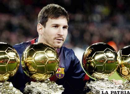 Messi posa con sus 4 balones de oro