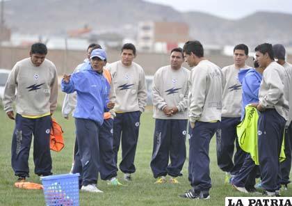 Los jugadores de San José antes de comenzar el trabajo de preparación