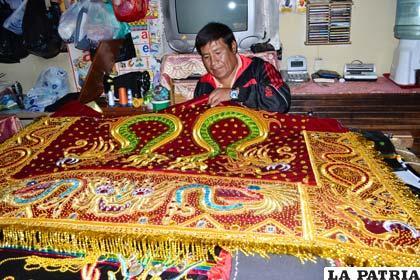 El artesano bordador Edgar Ríos en plena labor