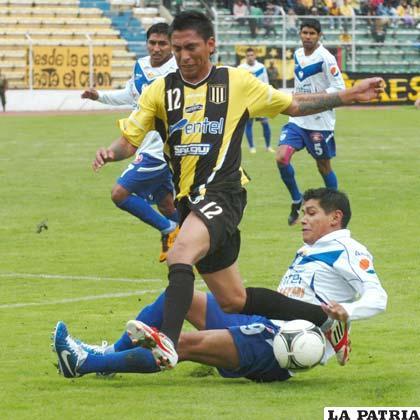 Jair Torrico elude la marca de Luis Torrico