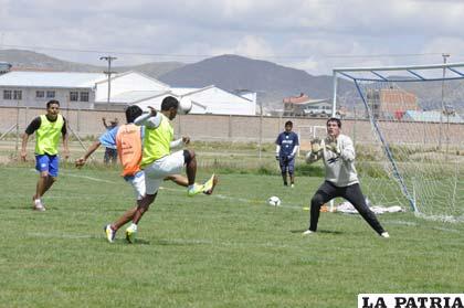 Los futbolistas que no jugaron ante La Paz FC, ayer trabajaron en la parte técnica- táctica
