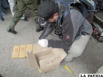 Un efectivo policial verifica la sustancia