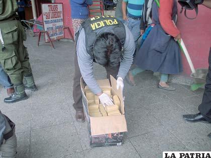 Los paquetes son guardados en la caja para llevarlos a la Felcn