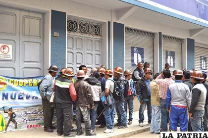 Movilización de cooperativistas mineros ayer en instalaciones del SIN