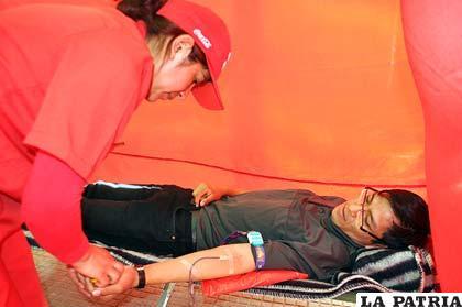Personas donan sangre para ayudar a su prójimo