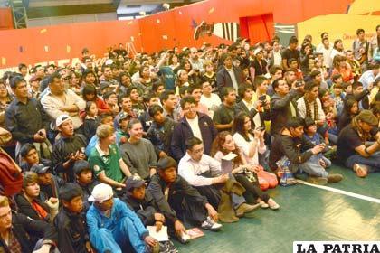 Centenares de personas vieron el trofeo del mundo que visitó Bolivia