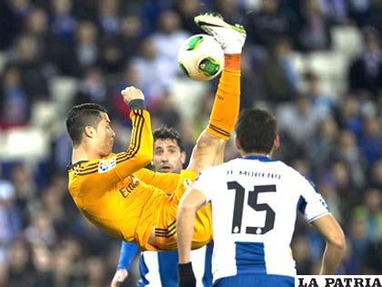 "Cristiano Ronaldo intenta la ""chilena"" ante la vista de sus rivales"
