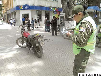 La motocicleta estacionada en un sector peatonal